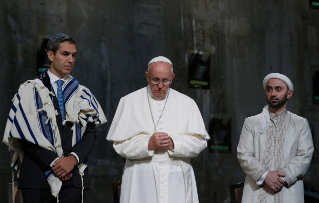 Pope Francis stands between Jewish and Muslim religious leaders during a prayer service at the ground zero 9/11 Memorial Museum in New York Sept. 25. (CNS photo/Paul Haring)
