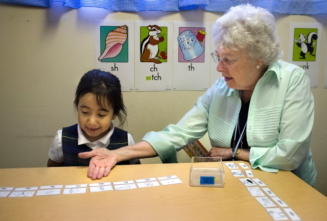 Sister Joyce Schramm, a Sister of the Most Precious Blood, works with Holy Trinity Catholic School kindergarten student Rocio Reyes in St. Ann, Mo., in this 2014 file photo. (CNS/Sid Hastings, St. Louis Review)