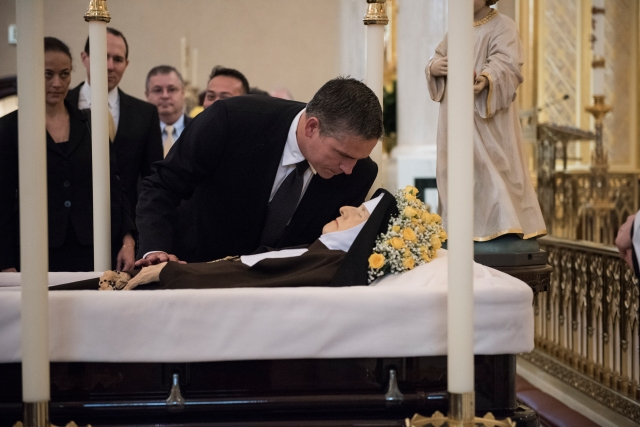 Actor Jim Caviezel pays his respects at the casket of Mother Angelica before her April 1 funeral Mass at the the Shrine of the Most Blessed Sacrament in Hanceville, Ala. (CNS/Jeffrey Bruno, EWTN)