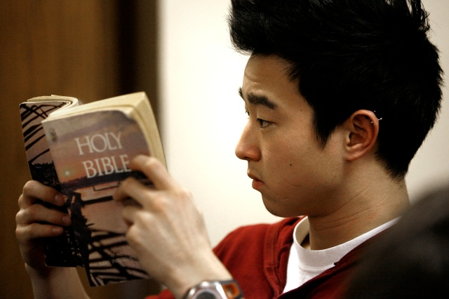 A new survey by the American Bible Society found 77 percent of Catholics want to read the Bible more often. (CNS file/Karen Callaway, Catholic New World)