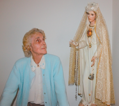 Natalie Martha Loya, pictured in an undated photo, gazes at a statue of Our Lady of Fatima that crisscrossed the country with her during her 35-year apostolate of spreading the Fatima message. (CNS/Laura Leraci, Horizons)