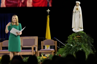"""Julianne Stanz, director of new evangelization for the Diocese of Green Bay, Wis., speaks before the opening Mass at the """"Convocation of Catholic Leaders"""" July 1 in Orlando, Fla. (CNS photo/Bob Roller)"""