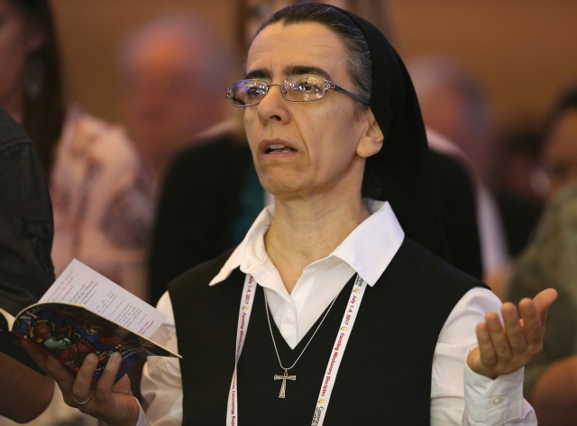 "A woman religious prays July 2 during the ""Convocation of Catholic Leaders: The Joy of the Gospel in America"" in Orlando, Fla. Leaders from dioceses and various Catholic organizations gathered for the July 1-4 convocation. (CNS/Bob Roller)"